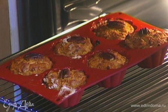 Разложить тесто в силиконовые формочки, сверху на каждый маффин положить по половинке ореха и выпекать в разогретой духовке 20 минут.
