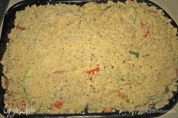 Масло растереть с мукой, приправить солью и специями. Овощи покрыть крошкой (мне показалось что крошки мало). Запекать в духовке 40 минут при температуре 200 градусов.
