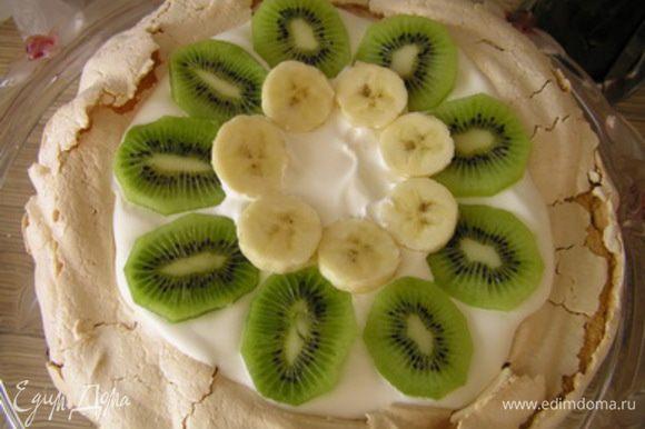 Украсить нарезанными киви, бананом