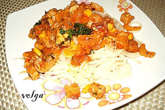 Спагетти откинуть и добавить к ним соус. Приятного аппетита!