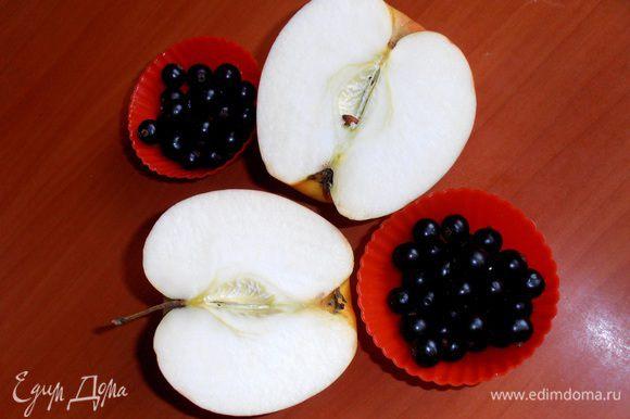 Готовим яблочную начинку:яблоко очищаем от кожицы...
