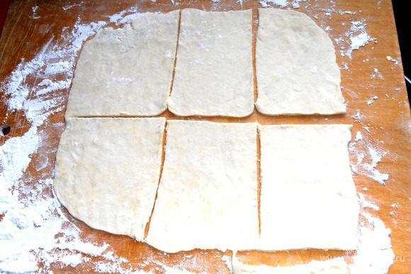 Берём часть теста (остальное сразу в холодильник!) и раскатываем довольно тонко в прямоугольник и нарезаем на квадраты.