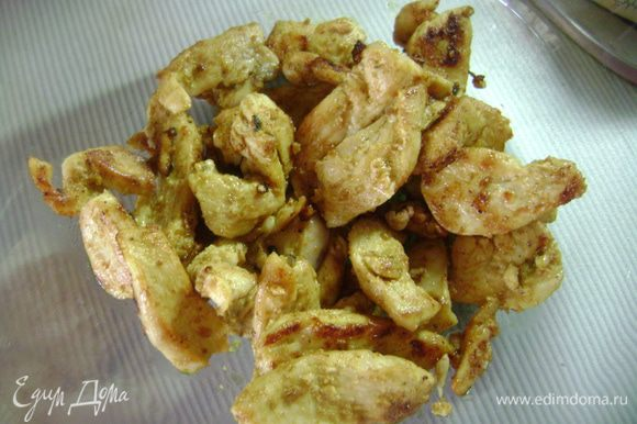 Куриное филе нарезать тонкими полосками, замариновать в карри на 15 мин, затем обжарить в оливковом масле до готовности. Положить в тарелку и на время отставить.