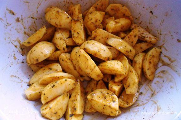 Теперь возьмемся за картофель: сначала его моем, чистим и режем на четвертинки, чтобы получились красивые ломтики. Картофель солим, перчик и добавляем 1 ч.л.горчицы + 2 зубчика чеснока (мелко порубленного) + чуть чуть зелени базилика и еще + карри (совсем немного. Добавить сливочное масло.