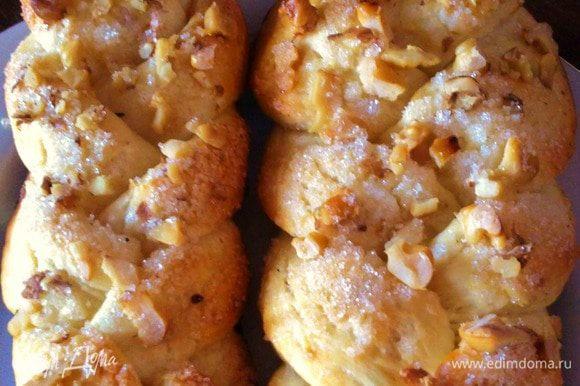 На косички посыпаем орешки, сахар и смазываем взбитым яичком, отправить на 15- 20 мин в духовку. Затем вынимаем, даем изделиям остыть и зовем домашних на чай :)