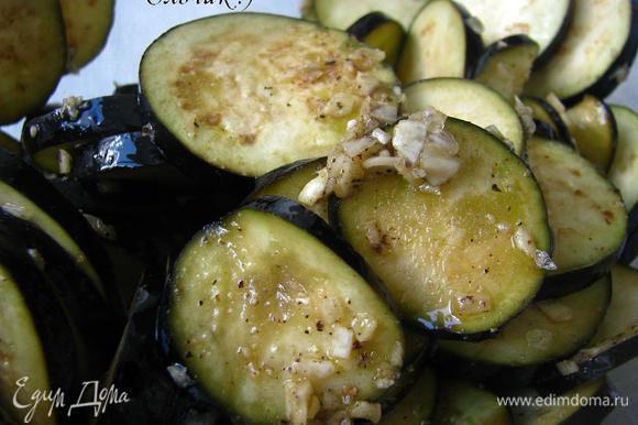 """Моем, режем овощи тонкими кругами. Баклажаны, предварительно замаринованные (30 мин.) в оливковом масле с мелко-резанным чесноком, солью и перцем, выкладываем в начинку """"ребром""""."""