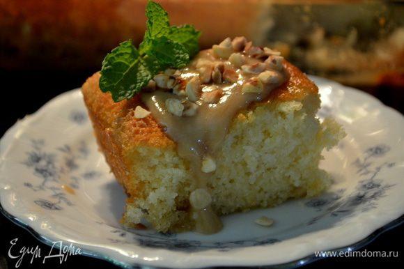 Разрежем на кусочки,сверху каждого кусочка выльем наш сладкий соус.Выложим орехи и подаем со взбитыми сливками по желанию.