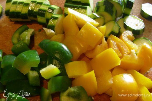 Цукини нарезаем кружочками 1 см толщиной. Перец режем средними квадратиками под размер остальных овощей.