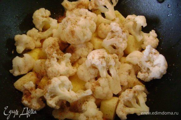 На лук с морковью выложить картофель, а сверху капусту, приправить солью и поперчить.