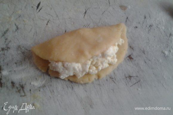 Разделите тесто на 6 равных частей. Каждую часть скатайте в недлинную колбаску и раскатайте на присыпанном мукой столе до толщины 5 мм. Положите на каждую часть теста по 1/6 начинки. Начинку накрывайте половиной теста так, чтобы она была видна