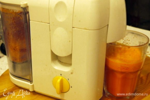 Почистить морковь и отжать из неё сок в соковыжималке.