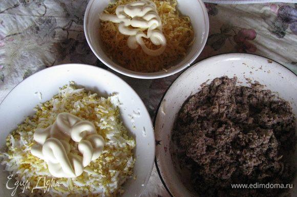 Приготовить начинки. 1 начинка: 100 гр. натертого на крупной терке сыра, майонез; 2 начинка: размятые консервы; 3 начинка: натертые на терке 4 варенных яйца, майонез.
