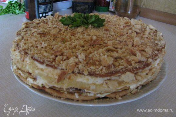 Сверху и с боков обмазать торт майонезом, обсыпать раскрошенным 5 коржом, украсить и поставить в холодильник. После того как он слегка охладиться и пропитается можно подать на стол. Приятного аппетита!