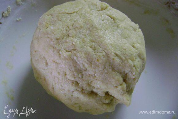 Упаковать тесто в пленку и убрать в морозилку на 15 мин.