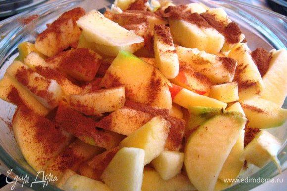 Масло растапливаем в кастрюле, добавляем яблоки, сахар (50 г) и корицу. Тушим иногда помешивая до мягкости яблок.