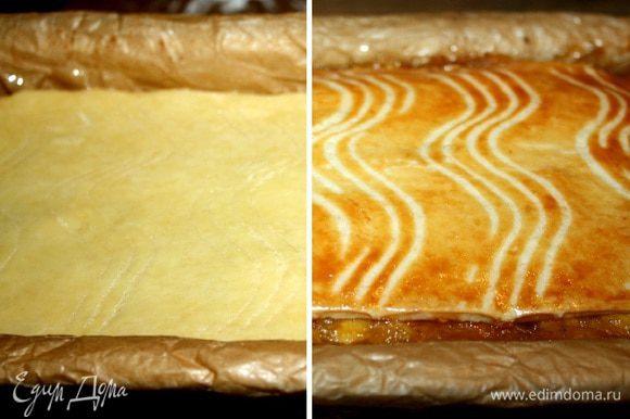 Смазать пирог смесью желтка и молока.На поверхности вилкой нанести рисунок .Выпекать при 200*С около часа до золотистой корочки.Пирог следует охладить в форме(я пеку пирог на ночь и за это время он хорошо остывает и настаивается),а затем нарезать на небольшие пирожные.Приятного аппетита!