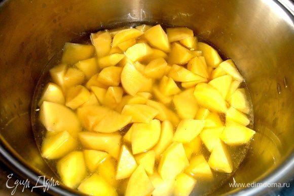 Картофель нарезать кусочками, залить водой и поставить на огонь.