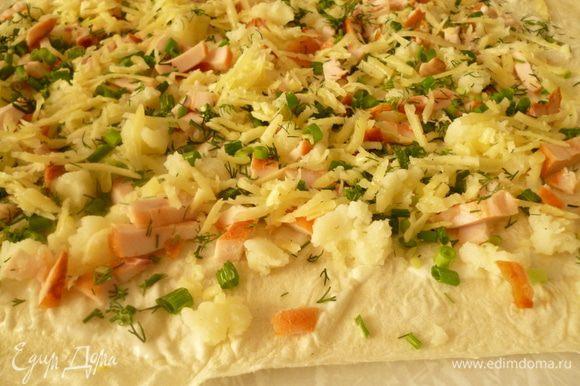 Затем половина натертого на терке вареного яйца, сыр, посыпаем зеленью. Кто любит поострее - можно поперчить.