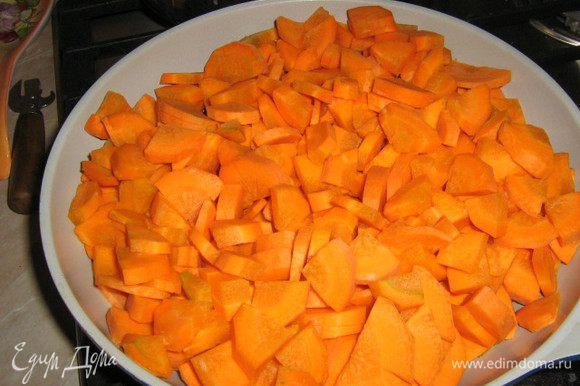 Крупно порезать очищенную и вымытую морковь, обжарить на растительном масле до готовности.