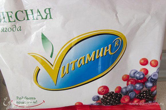 Добавить замороженные ягоды и лед.