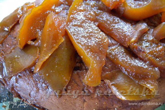 Попрокалывать верх ножом и пропитать вареньем (самим сиропом) с груш. Выложить кусочки. Можно взять варенье с абрикос или другое, но попробуйте с грушевым.