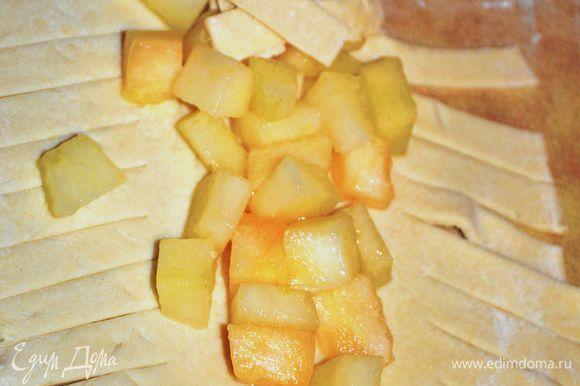 Дыню очистить от семян и кожуры.Нарезать мелким кубиком.Выложить дыню на тесто и заплести косой края теста.