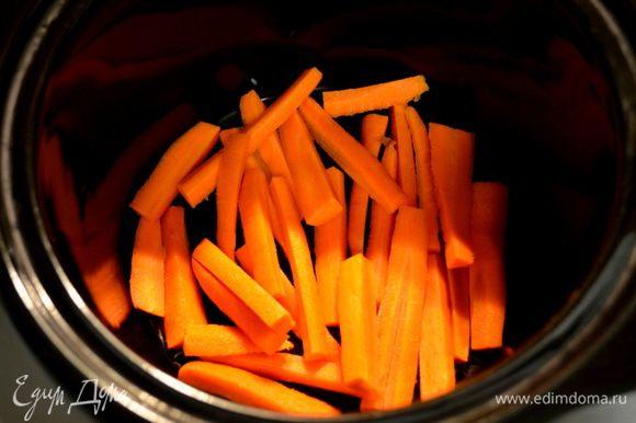 Порезать морковь крупной стружкой вручную. Cложить в слоукукер.