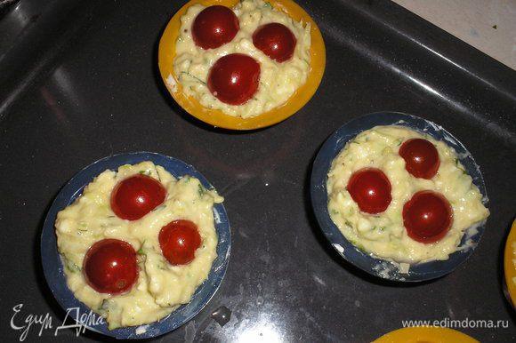 Накладываем тесто в формочки для кексов на 2/3 высоты. Помидорки черри выкладываем сверху, слегка вдавливают в тесто.