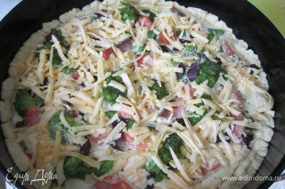 Посыпать подготовленный пирог листочками базилика и сыром. Выпекать в течении 35-40 минут при температуре 180 градусов. Угощайтесь!