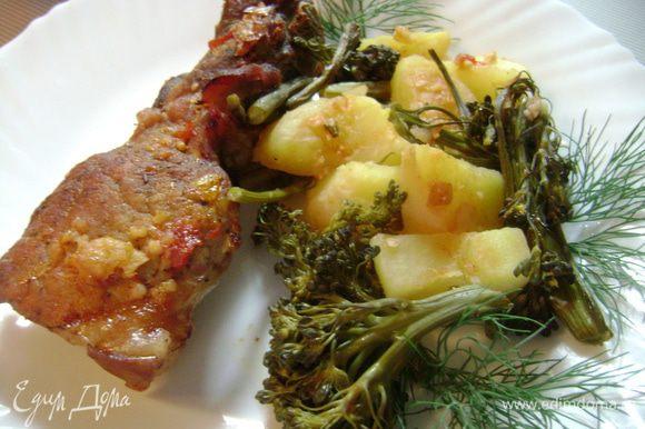 Форму и ребрышки отправить в духовку ещё на 25 мин. Ребрышки периодически поливать соусом.