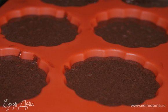 Выложить тесто в формочки для кексов, заполнив их на 2/3.