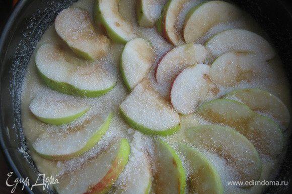 Форму смазываем маслом и присыпаем сахаром. Выливаем тесто. Сверху выкладываем нарезанное яблоко, посыпаем сахаром.