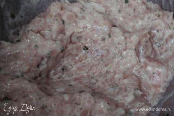Мясо мелко порубить, замешать фарш, соединяя все ингредиенты. Добавить в фарш зелень (в данном случае это были петрушка), соль по вкусу. Хорошо размешиваем, фарш готов.