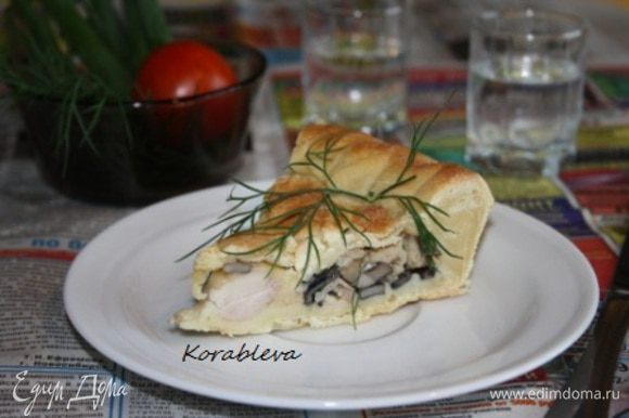 Достаньте пирог из духовки,выньте из формы и подавайте к столу со сметаной,овощами и зеленью.Приятного аппетита!:)
