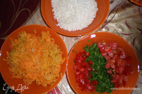 Луковицу порезать мелко Морковь натереть на тёрке Половинку перчика нарезать мелко Маленький помидорчик нарезать кусочками Зелень нарезать меленько
