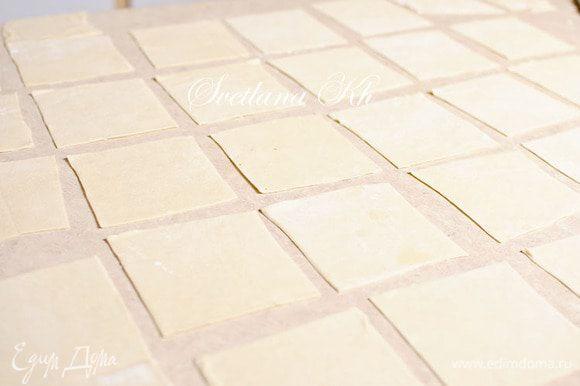 """И есть более простой. Когда тесто раскатывается большим пластом и нарезается на квадраты. Начинка кладется в середину, а защипываются манты с уголков. Сначала углы, а потом образовавшиеся """"ушки""""."""