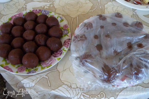 Накатать шариков диаметром (каким вам надо) около 4 см. Отправить в холодильник для застывания масла (крема).