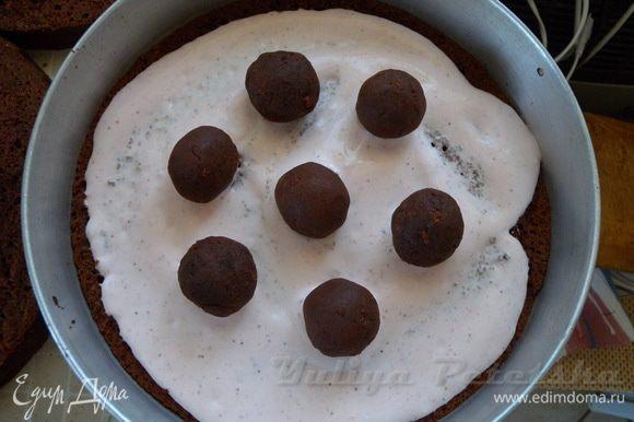 потом шарики из коржа и крема (выложить по границам верхнего будущего яруса торта).