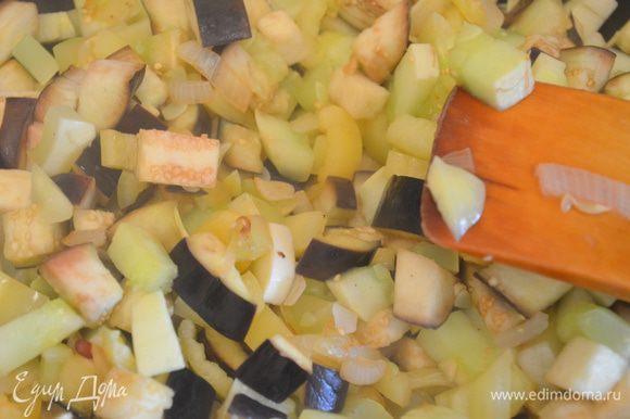 Добавить овощи и обжаривать все вместе еще 2-3 минуты.