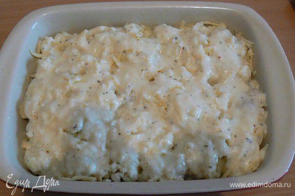 посыпать капусту тертым сыром, полить соусом.