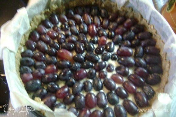 Помыть виноград, обсушить и выложить на корж.