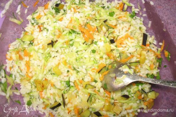 Морковь трем на крупной терке, а лук мелко режем. Поджариваем овощи на растительном масле несколько минут, добавляем морковь и лук в наш фарш, а небольшое количество оставляем в отдельной тарелке.Вот так выглядит наш фарш: