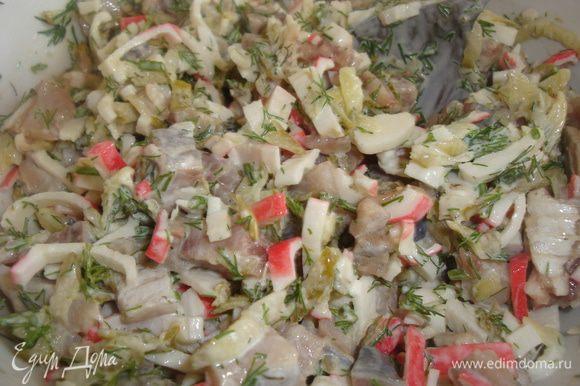 Приготовить начинку из тёртого огурца, измельченного селедочного филе, крабовых палочек, мелко рубленого укропа. Всё смешать с майонезом.