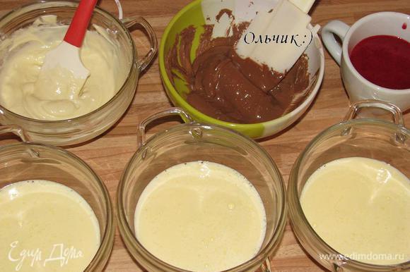 Шоколад растопим на водяной бане или в СВЧ. Разделим желтковый крем на три равные части. 2 части крема смешиваем с двумя частями шоколада, а оставшуюся треть - с отложенным малиновым пюре.