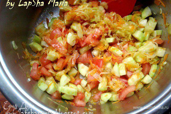 С томата снимем кожицу ножом или ошпарив кипятком. Нарежем его не небольшие кубики и отправим к овощам. Уменьшим огонь и потушим овощи 5 минут.
