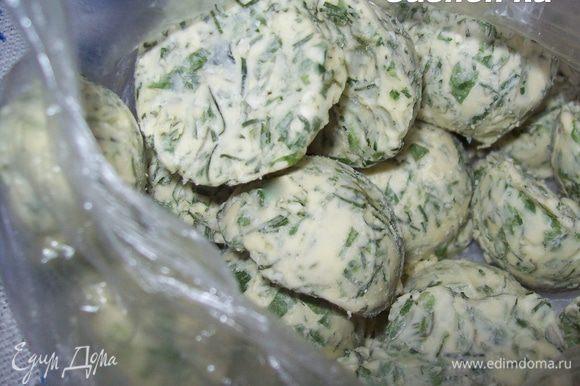 Так же можно сделать зеленое масло. Для этого смешайте зелень со сливочным маслом комнатной температуры, заполните массой ячейки и отправьте в морозилку.)