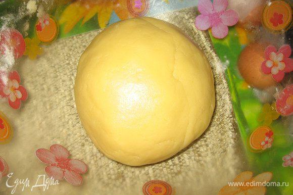 Смешать желтки с холодной водой и добавить к основе для теста. Замесить тесто, сформовать шар.