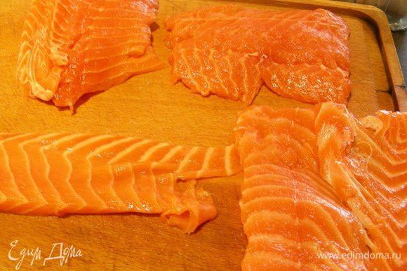 Рыбу нарезаем порционными кусками. Они должны быть довольно тонкими, лучше прямоугольной или квадратной формы, чтобы их было удобно сложить пополам.