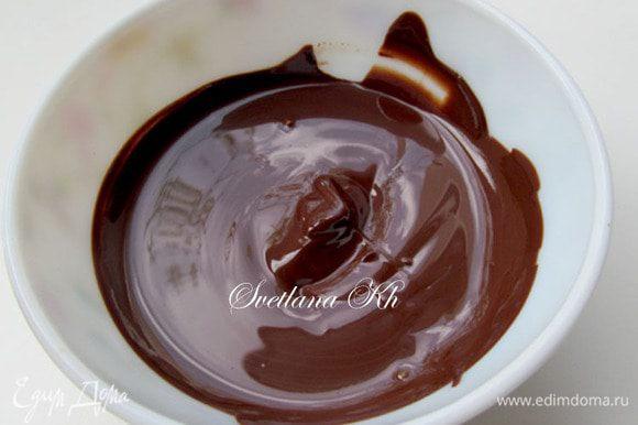 Приготовить глазурь.Плитку шоколада залить сливками и добавить 2 ложки растительного или сливочного масла. Хорошенько растереть, но не доводить до кипения. Тогда глазурь будет блестящей. Смазать верх торта и украсить по своему вкусу и желанию