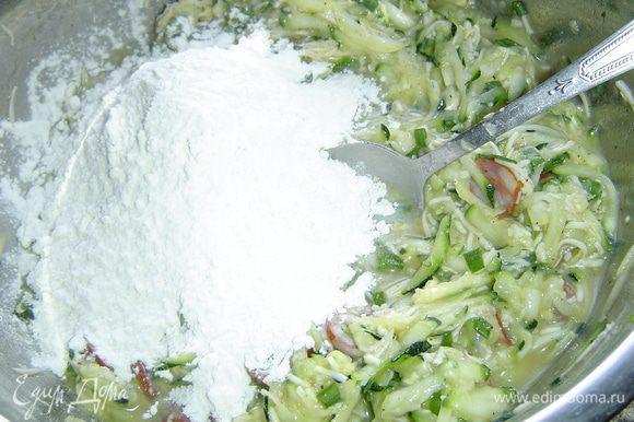 Все ингредиенты перемешиваем, солим, перчим по вкусу, всыпаем муку и еще раз перемешиваем.